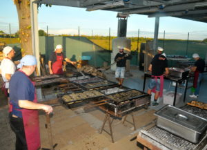 volontari della sagra di torri di quartesolo stand gastronomico