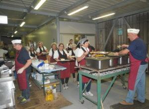 volontari dello stand gastronomico della sagra del rosario di torri di quartesolo
